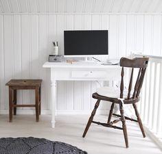 Tunnelmallinen työpiste vanhoista puisista huonekaluista Office Desk, Decor, Furniture, Home, Home Decor