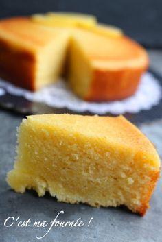 http://www.cestmafournee.com/2014/11/the-lemon-cake-gateau-ultra-fondant-au.htmlRÉALISATION : POUR UN MOULE ROND DE 18CM : 3 oeufs à température ambiante (150g) 150g de sucre glace 150g de farine type 55 125g de beurre doux 70g de jus de citron (environ un citron et demi) Les zests d'un citron non traité 1/2 teaspoon de levure chimique Pour le sirop au citron : 75g d'eau 30g de sucre en poudre 10g de jus de citron Vous pouvez remplacer ce sirop par de la marmelade de citron !