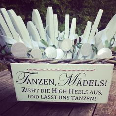 Garantiert denken nicht alle eure weiblichen Gäste… Flip-flops-against-high heels! Guaranteed not all your female guests think about packing change shoes. Maybe you do not want their chic high heels at first … Wedding Guest Shoes, Wedding Flip Flops, Diy Wedding, Wedding Gifts, Dream Wedding, Wedding Day, Spring Wedding, Wedding Planer, Decoration Table