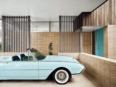 A vintage car parked outside this house in Austin, designed by Texas firm Mark Odom Studio, adds to its mid-century modern aesthetic. Cleaning White Walls, Houses In Austin, Small Entrance, 1950s House, Clerestory Windows, Courtyard House, Mid Century House, Mid Century Modern Design, Midcentury Modern