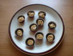 Fitness čokoládové košíčky s arašídovým máslem, krok 3: Vyndejte košíčky z lednice a do každého dejte moka lžičku arašídového másla. Poté opět vložte do lednice na půl hodiny.