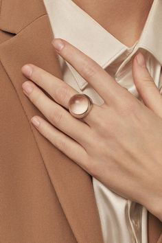 Winter style and jewellery inspiration in earthy red colors. Brown Aesthetic, Aesthetic Photo, Aesthetic Pictures, Cream Aesthetic, Jewelry Photography, Fashion Photography, Satin Blazer, Paris Mode, Fuchsia