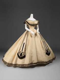 Ball gown, Emile Pingat (French ca. French, silk, Metropolitan Museum of Art 1800s Fashion, 19th Century Fashion, Victorian Fashion, Vintage Fashion, Antique Clothing, Historical Clothing, Victorian Clothing Women, Vintage Gowns, Vintage Outfits