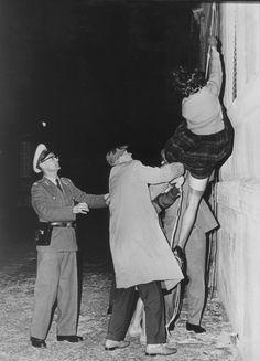 (AP) Dramatische Flucht aus dem Grenzhaus. - Mit ihrem Gepaeck konnten in der Nacht zum 10 September 1961 zwoelf Ostberliner - eine vierkoepfige Familie mit ihren Angehoerigen - aus dem ersten Stock eines an der Sektorengrenze stehenden Hauses fliehen. Unter dem Vorwand einer Familienfeier hatten sie sich in der Grenzwohnung versammelt, den zum Osten fuehrenden Eingang des Treppenhauses verbarrikadiert und sich dann nacheinander an einem Seil in den Westsektor hinabgelassen. Volkspolizisten…