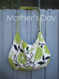 DIY bag - love the fabric! Would make a good diaper bag Sewing Hacks, Sewing Tutorials, Sewing Patterns, Sewing Ideas, Bags Sewing, Bag Tutorials, Fabric Crafts, Sewing Crafts, Sewing Projects