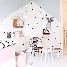 Thuis bij: Binnenkijken in de schattige kinderkamer van Britta. Inspiratie voor een lieve en stoere meisjeskamer met originele wanddecoratie.