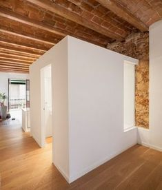 Le studio d'architecture Sergi Pons a conçu la rénovation de cet appartement contemporain dans un bâtiment datant du 19ème siècle dans le quartier de Les C