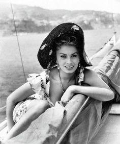 Sophia Loren, debutó en el cine como figurante, en los años 50 en películas como Quo Vadis? (1951), de Mervin Leroy, al tiempo que participaba en fotonovelas, donde trabajó con el pseudónimo de Sofia Lozzaro. Comenzaron a surgirle oportunidades en el mundo del cine, en parte debido a su gran belleza, opulenta y generosa, que suponía un fuerte anzuelo con el que atraer a los espectadores.