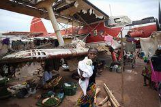 Лагерь для вынужденных переселенцев в международном аэропорту Банги,10 апреля 2014. Старый самолет пригодился. (Фото Goran Tomasevic | Reuters)