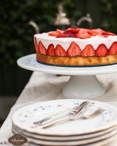 Frasier Torte - a layer of lemon & vanilla scented sponge cake topped w/ a light & silky strawberry mousse. Strawberry Cakes, Strawberry Mousse, Cheesecake Tarts, Mousse Dessert, Great Desserts, Dessert Ideas, Valentines Day Food, Canada Day, Cake Toppings