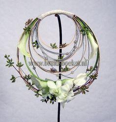 2110. Bruidsboeket tasje met hout, orchideeën en calla's