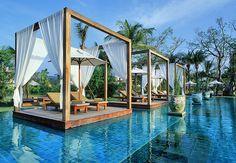 DESCANSO PRIVATIVO  O hotel Sarojin, na Tailândia, tem estas estruturas isoladas com pares de espreguiçadeiras dentro da piscina. A atração oferece privacidade aos hóspedes. Casa e Jardim