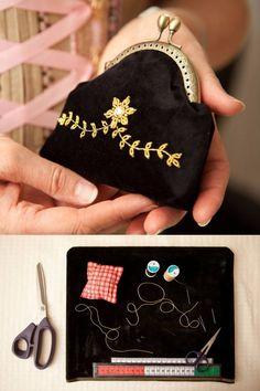 Das handgefertigter Trachten Geldbeutel wurde aus schwarzem Samt gefertigt und mit traditioneller Goldstickerei und Swarovski-Steinen verziert. Das Portmonee ist ein traditionelles Handwerksstück aus Tirol. Jedes Stück ist ein Unikat.