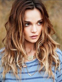 Wavy hair effetto ombreOmbre hair su parte finale delle lunghezze ed effetto mosso naturale, tra i tagli per capelli lunghi primavera estate 2015.