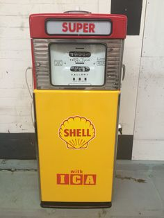 Shell fuel pump Old Gas Pumps, Vintage Gas Pumps, Shell Oil Company, Station Essence, Shell Gas Station, Pompe A Essence, Old Garage, Gas Monkey Garage, Old Gas Stations