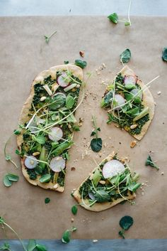 spring onion + pea tendril flatbread - plus, news! — dolly and oatmeal I Love Food, Good Food, Yummy Food, Real Food Recipes, Vegetarian Recipes, Healthy Recipes, Healthy Food, Quiche, Gula