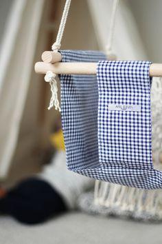 Balançoire pour enfants en tissu imprimé vichy bleu marine, tissage macramé dans le dos - APRIL ELEVEN x JULIE EYE SEE