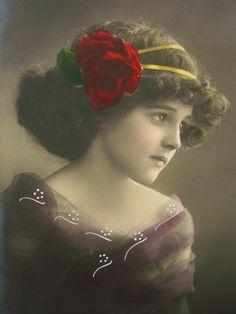 アンティークポストカード/赤い薔薇の髪飾りの少女