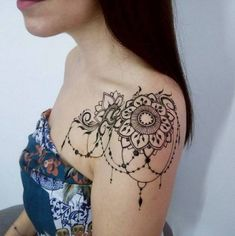 Stylish and fashionable henna mehndi designs and tattoos are in vogue. Check the trending henna designs for hands, wrist, leg and as temporary tattoos too. Henna Tattoo Shoulder, Tattoo Henna, Shoulder Tattoos For Women, Lace Tattoo, Henna Mehndi, Tattoo Art, Cool Shoulder Tattoos, Tattoo Flowers, Mehndi Art