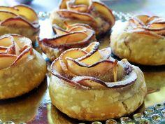 Espichar levemente a massa. Cortar maçã bem fina Um pacote de massa e 2 maçãs dá 7-8 bolinhos Tempo cozimento: 30 min