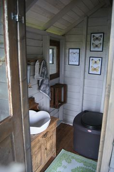 White inside is nice Outhouse Bathroom, Outdoor Toilet, Barn Renovation, Lakeside Cottage, Outdoor Bathrooms, Composting Toilet, Tiny House Cabin, Backyard Retreat, Cottage Design