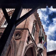 @snwoppetta |scorci| #twiperbole vi augura buon pranzo, con gli #occhialcielo verso Palazzo della Mercanzia... custode delle ricette originali di alcune tipicità culinarie di #mybologna !