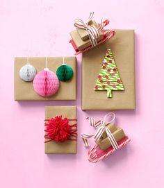 DIY: leuke kerstcadeaus inpakken. Bruin papier als basis, versierd met verschillende kerst versiersels. Rietjes en knoopjes als kerstboom, zuurstokjes om een slee te maken of bolletjes van papier of wol.
