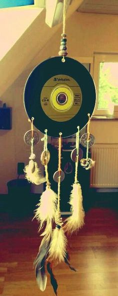 Want to know how you can make a dream catcher? Create fun, easy and beautiful dream catchers as your next great DIY project. Vinyl Record Crafts, Vinyl Art, Vinyl Records, Diy Vinyl Projects Records, 45 Records, Cd Crafts, Arts And Crafts, Los Dreamcatchers, Eco Deco