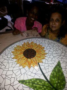 Mosaicos Fátima Luzia - Mesa Girassol (na foto - eu e minha assistente Leiliane Moreira)