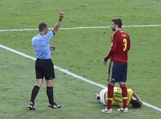Gerard Pique de España recibe una tarjeta roja del árbitro durante la Copa Confederaciones el último partido de fútbol en el Estadio Maracaná en Río de Janeiro