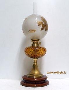 """Lume da tavolo  Base in ottone e ceramica ; Serbatoio in  vetro ambrato ; Bruciatore   Kosmos 12""""';  tubo vetro per Kosmos 12""""' ; Paralume ( ORIGINALE ANTICO )   in vetro satinato  con decorazione in oro."""