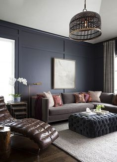 20 trendy living spaces that you can redesign at home! - Home and decoration - 20 trendy living spaces that you can redesign at home! Masculine Living Rooms, Navy Living Rooms, Living Room Decor, Living Spaces, Modern Living, Dark Walls Living Room, Masculine Room, Living Room Color Schemes, Paint Colors For Living Room