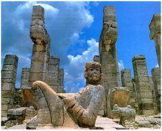 Странные лежачие каменные фигуры, изображающие бога Чак-Мооля, — еще один самобытный мотив искусства тольтеков. Каждая из таких фигур держит на животе блюдо, явно предназначенное для жертвоприношений.
