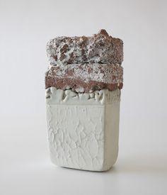 camille virot, boite-blanche, raku, matériaux composite, émail blanc et chaux. 26x12x10cm.