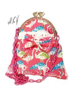 Bolso retro con estampado retro flamingos y boquilla metálica. Disponible en la web: www.hadaspinup.com #bolso #retro #flamingo