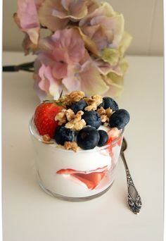Jordbær og blåbær sammen med vanilje-skyr og mysli