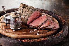 Rostbef wołowy to idealna propozycja dla osób na diecie odchudzającej lub tych intensywnie trenujących. 100 g tego mięsa zawiera jedynie 152 kalorii i aż 21,5 g pełnowartościowego białka.
