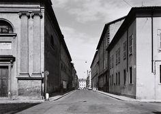 Gabriele Basilico Modena, Via Sgarzeria 1994 stampa alla gelatina d'argento © Gabriele Basilico Raccolta della fotografia della Galleria civica di Modena