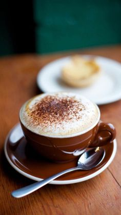 Great ways to make authentic Italian coffee and understand the Italian culture of espresso cappuccino and more! Coffee Cafe, Coffee Drinks, Good Morning Coffee Images, Morning Images, Good Morning Quotes, Cappuccino Tassen, Cappuccino Coffee, Café Chocolate, Coffee Photography