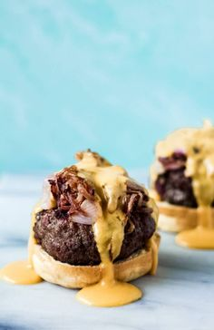 brat burgers with beer cheese sauce Best Beef Recipes, Duck Recipes, Cheesy Recipes, Ground Beef Recipes, Football Party Foods, Football Food, Beer Cheese Fondue, Bratwurst Recipes, Easy Food To Make