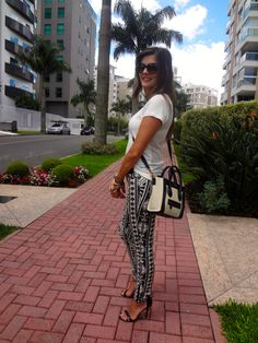 Hi girls, Hoje vou mostrar um look que adoro – calça skinny com camiseta. A combinação do preto com o branco ou creme sempre me encanta e amo usar.Uma produção que não tem erro.As peças ét…