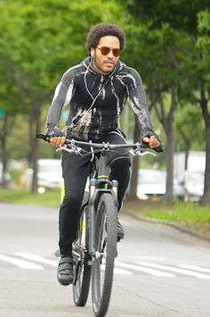 Lenny Kravitz - showing it is cool to ride a bike (Very nice bike)