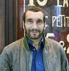 Après une enfance thiernoise et une jeunesse joyeuse passée sur les bancs de la fac de Lettres de Clermont-Ferrand, Zinedine Soualem a rejoint Paris en 1980 pour y commencer une carrière de comédien. Remarqué par Patrice Chéreau, formé au Théâtre du Soleil, révélé par Cédric Klapisch, il se partage entre théâtre et tournages, sans rompre le lien avec son passé de Bitord.