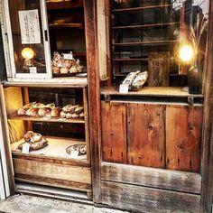 #リノベーション#リノベ #古材#廃材#古民家#ショーケース#ショーウィンドウ#パン#パン屋#パン屋さん#かいじゅう屋#天然酵母#コッペパン#ブドウパン#裸電球 雰囲気のあるパン屋さんみーつけたっ!