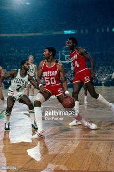 Fotografia de notícias : Robert Reid of the Houston Rockets drives the...