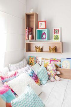 """Valentina acaba de ganhar um quarto só pra ela, depois que o irmão nasceu. O espaço com papel de parede de """"bandeira"""" é assinado pela GRUU ARQUITETURA."""