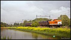 AMSTERDAM - Locon 220 met een sleepje wagons voor afval op weg naar Noordwijkerhout als trein 50085 komt hier langs het Amsterdamse Geuzenveld.