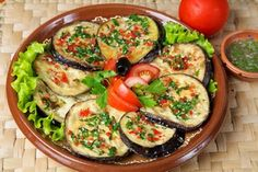 Bine ati venit in Bucataria Romaneasca Ingrediente: 4 vinete 4 rosii 3-4 linguri de ulei 2 linguri de faina de grau sare piper negru macinat ½ pahar mujdei Mod de