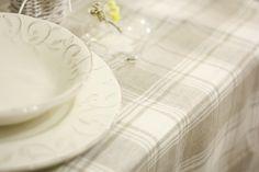 Raffinatissima tovaglia in puro lino con fantasia a quadretto scozzese in colori naturali ecru e beige. Realizzazione artigianale di Artemisia ʚϊɞ