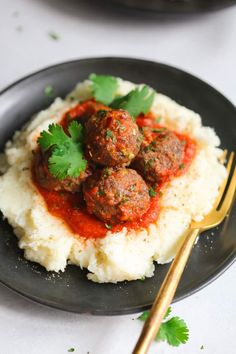 This Low-carb Turkey Meatballs with Mashed Cauliflower is a delicious meal for your low-carb diet. The meatballs are made with parmesan cheese and almond flour. The mashed cauliflower has a perfectly smooth texture that you and your family will love. Baked Cauliflower Bites, Mashed Cauliflower, Cauliflower Recipes, Cauliflower Crust, Low Carb Dinner Recipes, Lunch Recipes, Keto Dinner, Clean Eating, Healthy Eating